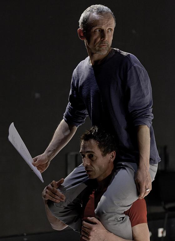 """Reprise du spectacle """"Jetés dehors"""" au centre national de la danse à Pantin le 24 mars 2011 dans le cadre de """"Concordan(s)e"""". Sylvain Prunenec Chorégraphe (T-Shirt rouge) Mathieu Riboulet (Pull gris)."""