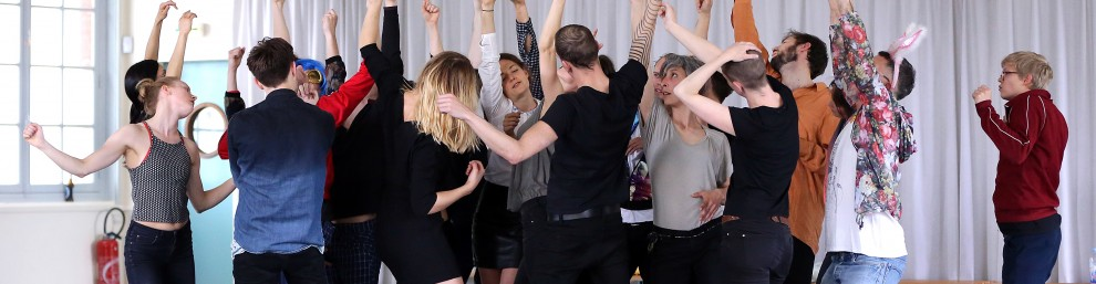 MASTERCLASSE GISELE VIENNE                                                       Atelier de Paris - Carolyn Carlson,                                                                                           du lundi 11 au samedi 16 avril 2016 Open studio le samedi 16 avril 2016. avec : Gisele Vienne, Anja Röttgerkamp  et les stagiaires (© photo : Patrick Berger)